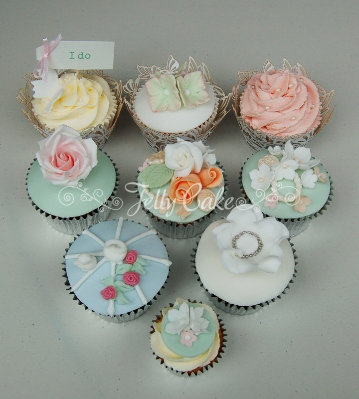 roses-and-pearls-wedding-cupcakes