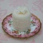 lace-and-pearls-mini-cake