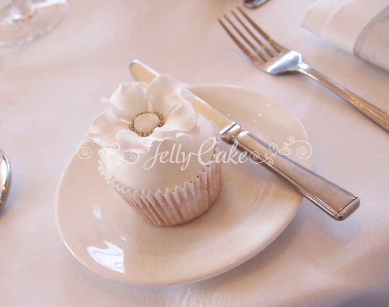 winter-white-wedding-cupcakes