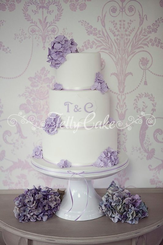 lilac-hydrangeas-wedding-cake