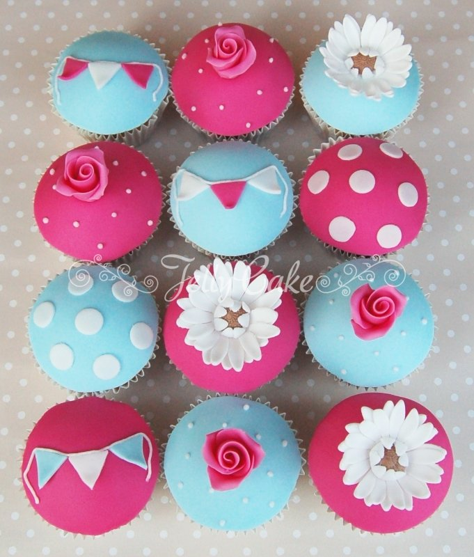 roses-and-bunting-cupcakes