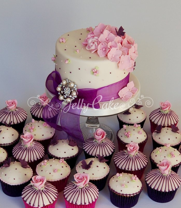 stripes-and-roses-wedding-cupcakes